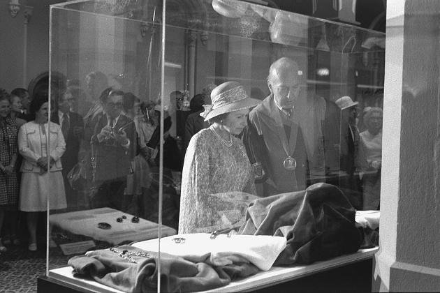 Elizabeth II Visited the Smithsonian in 1976, and she checked out the Hope Diamond.
