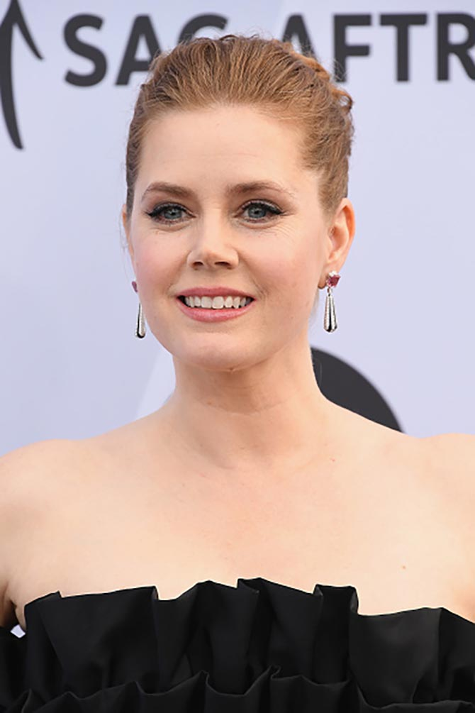 At the 2019 SAG Awards, Amy Adams wore Cartier High Jewelry diamond, spinel, onyx and platinum earrings.